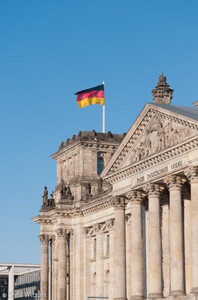 Deutschlandfahne auf Reichstagsgebäude im Regierungsviertel #9598