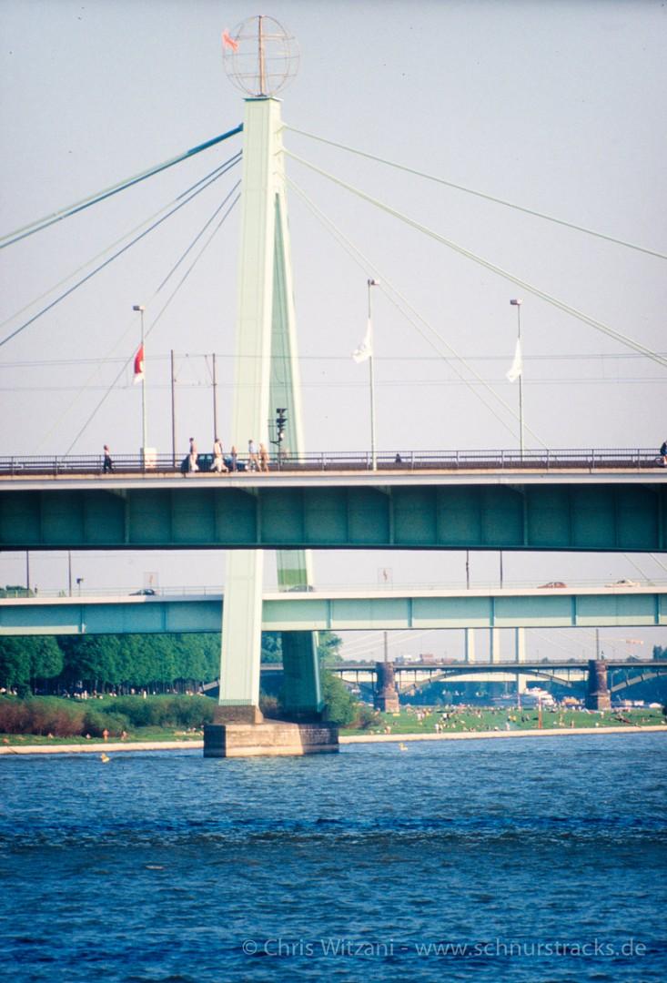 Severinsbrücke mit Weltkugel von HA Schult, 90er Jahre