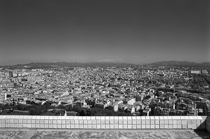 Gedenktafeln über dem Stadtpanorama
