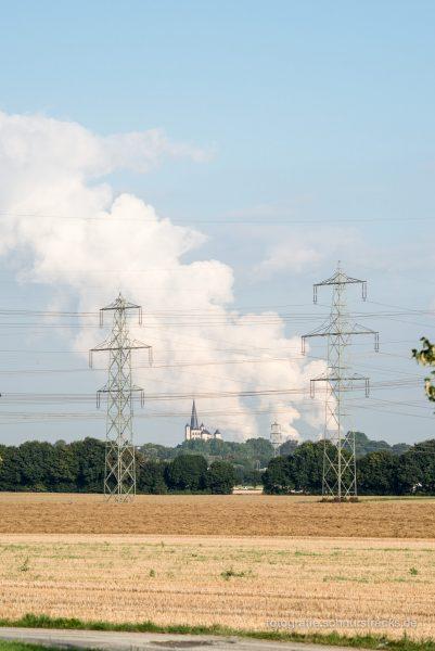 im Hintergrund die Wolken vom Braunkohlekraftwerk Niederaussem