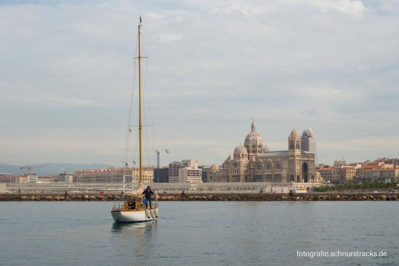 Segelboot im Alten Hafen vor der Kathedrale in Marseille #978