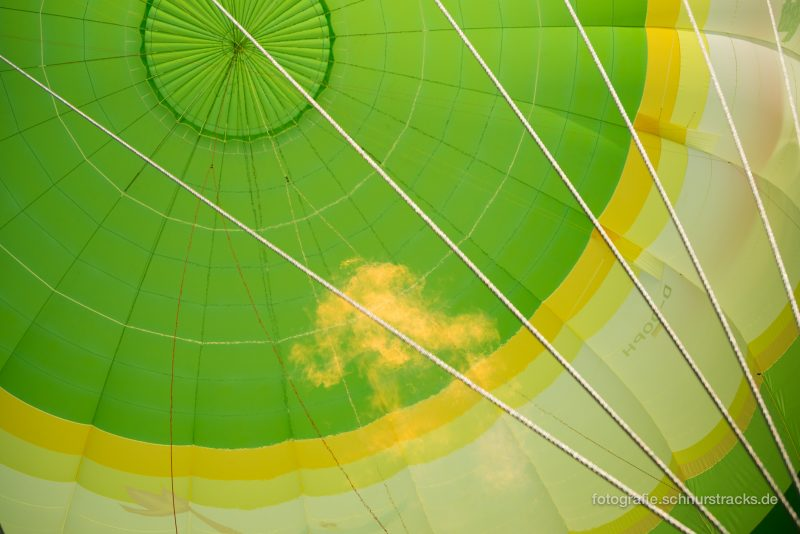 Der Heißluftballon füllt sich mit heisser Luft