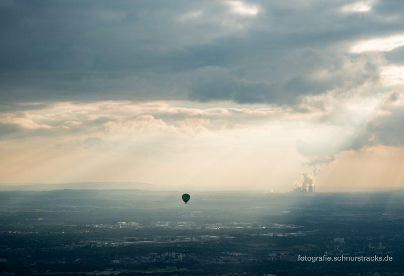 Ballon mit Kraftwerk Niederaussem am Horizont