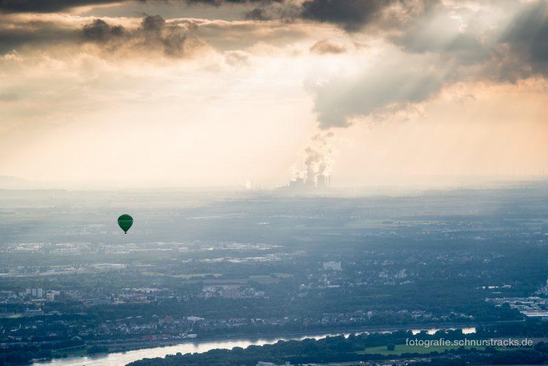 Heißluftballon und Rhein im Vordergrund