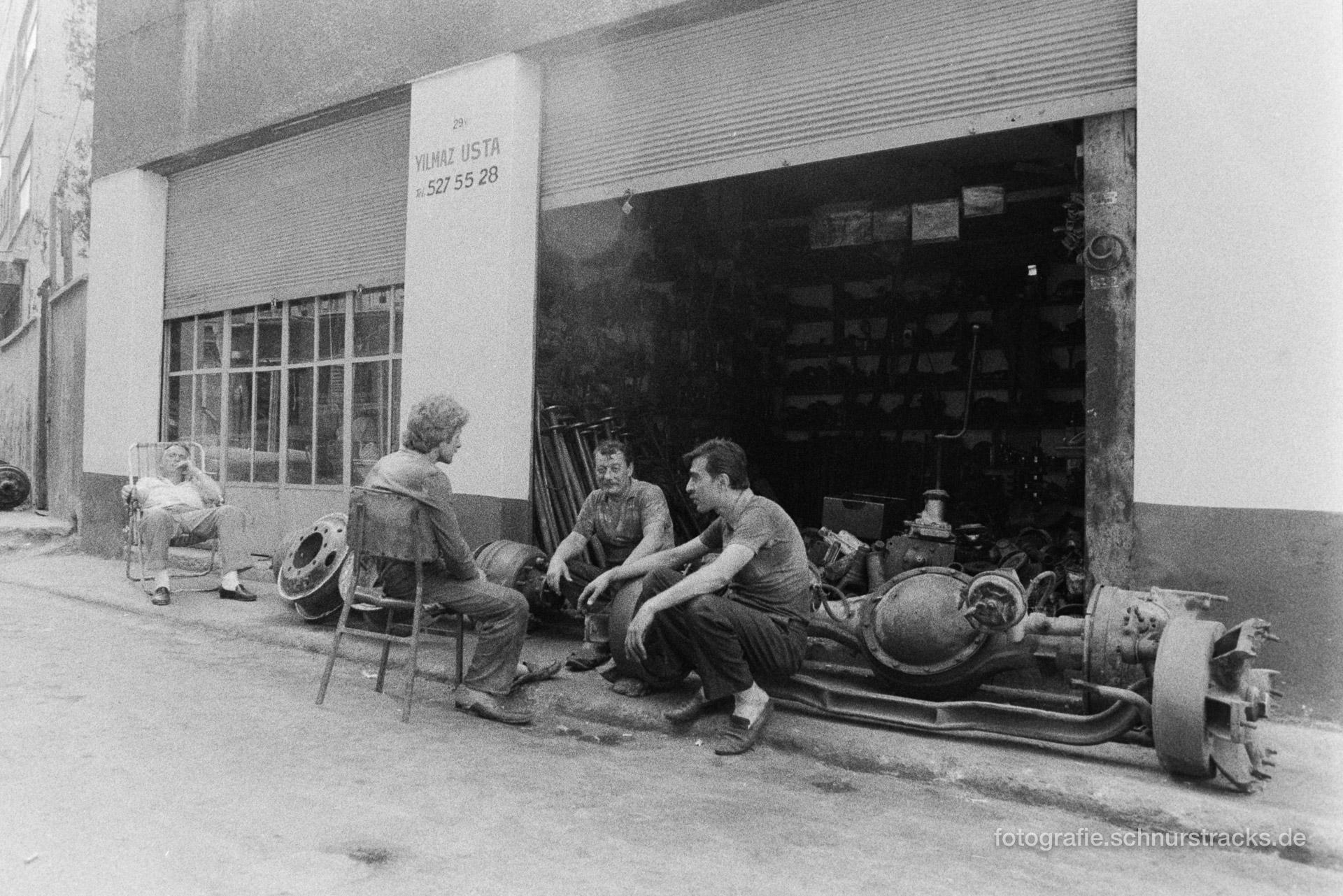 Pause vor der Werkstatt – Istanbul 1988