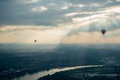 im Hintergrund, am Horizont die Braunkohlekraftwerke der RWE