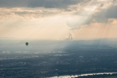 Ballon über dem Rhein zu Köln