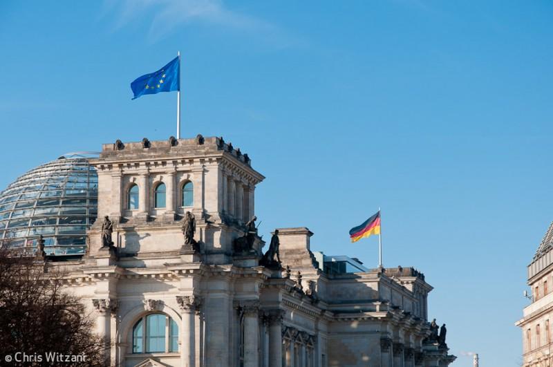Europa- und Deutschlandfahne auf Reichstagsgebäude im Regierungsviertel