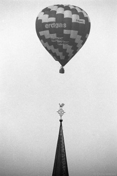 Ballon über Kirchturm