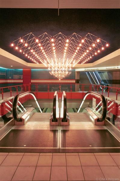 U-Bahn Rolltreppe mit Kronleuchter