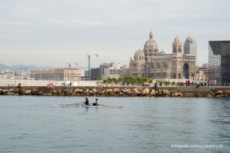 Ruderer im Alten Hafen vor der Kathedrale in Marseille #975