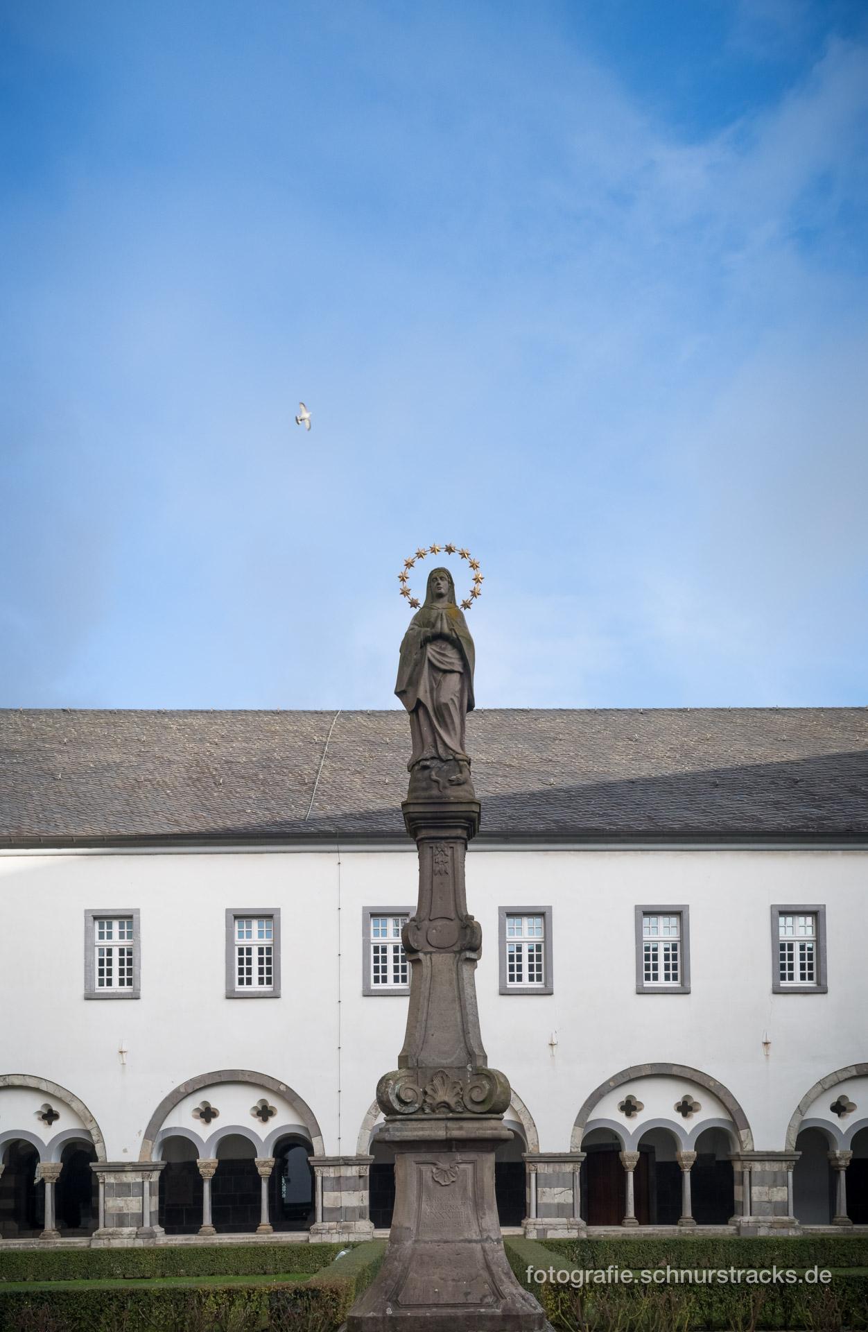 Marienstatue im Marienhof der Abtei Brauweiler #0224