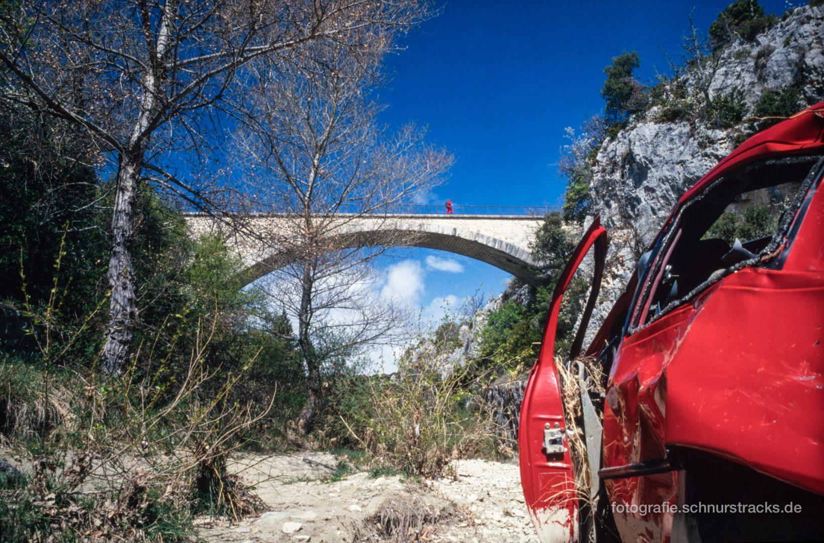 Autowrack mit Brücke im Luberon - Provence #0779