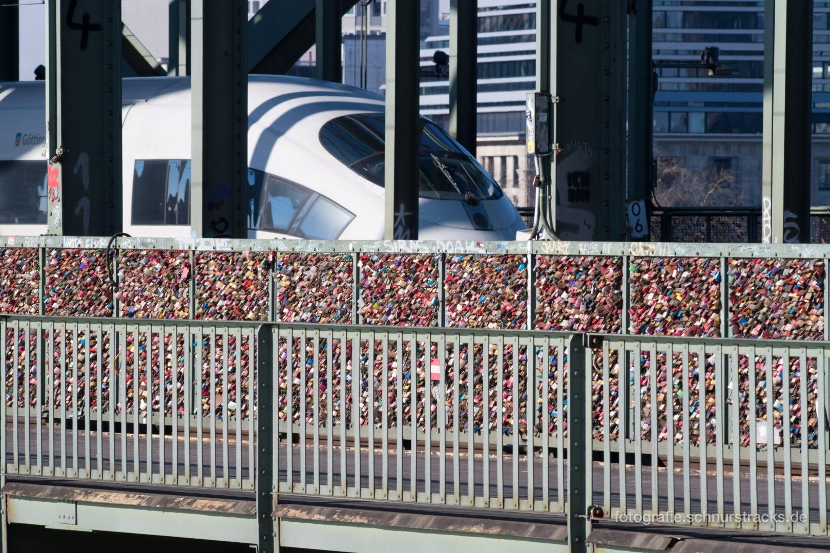 Liebesschlösser Hohenzollernbrücke mit ICE #1161