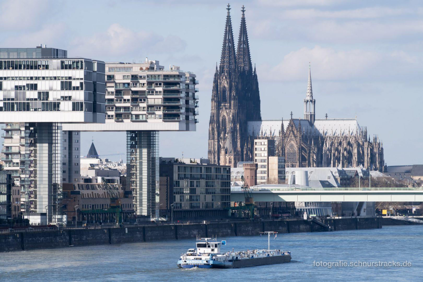 Kranhäuser, Rheinschiff und Kölner Dom #0976