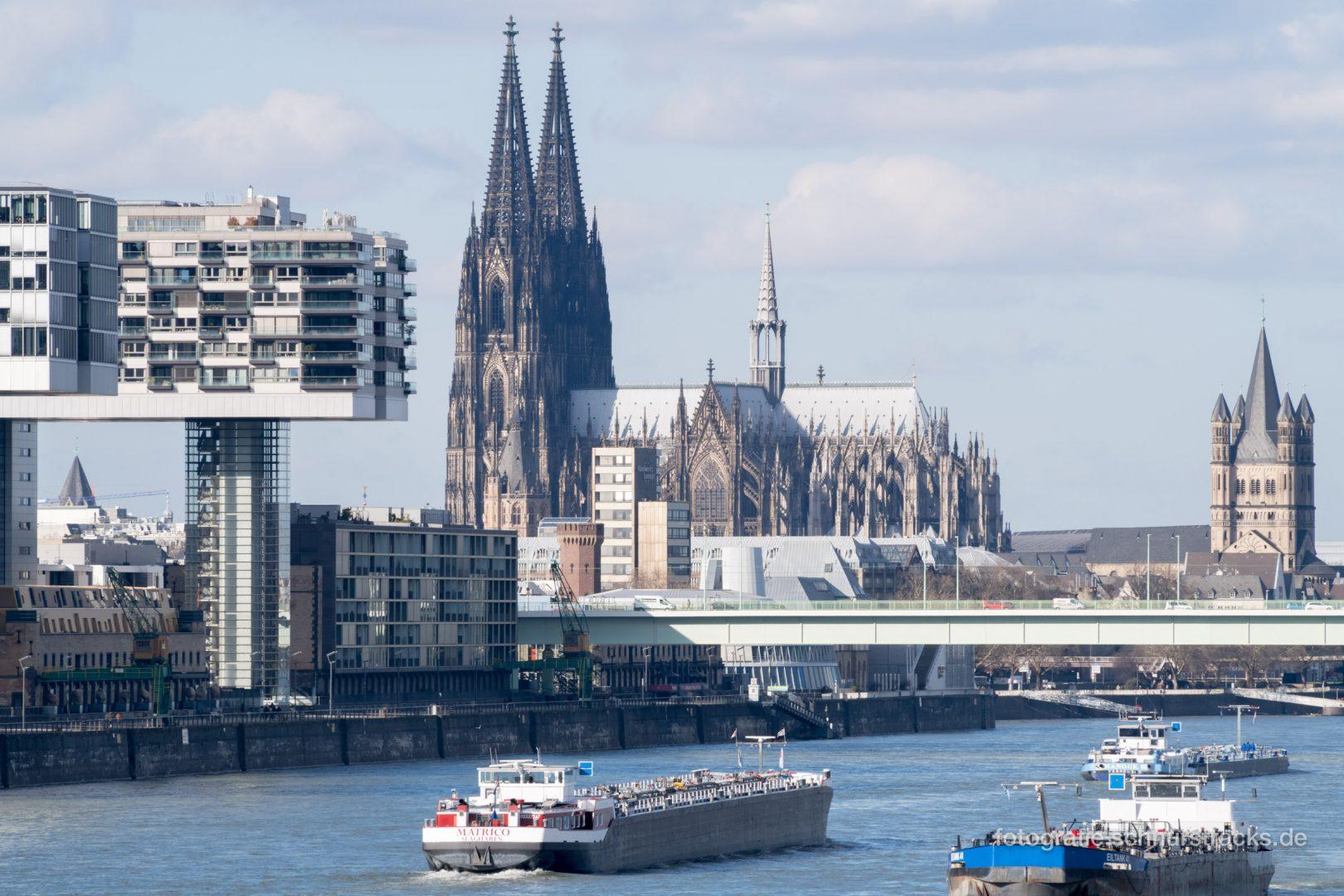Kölner Dom am Rhein mit Rheinschiffen #0988