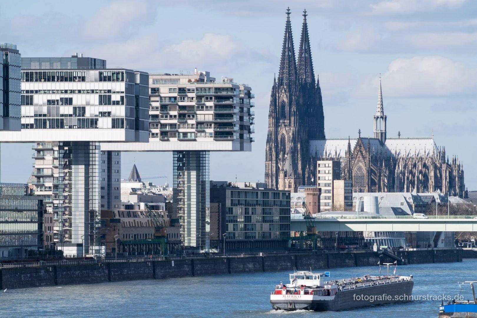 Kranhäuser und Kölner Dom am Rhein #0989