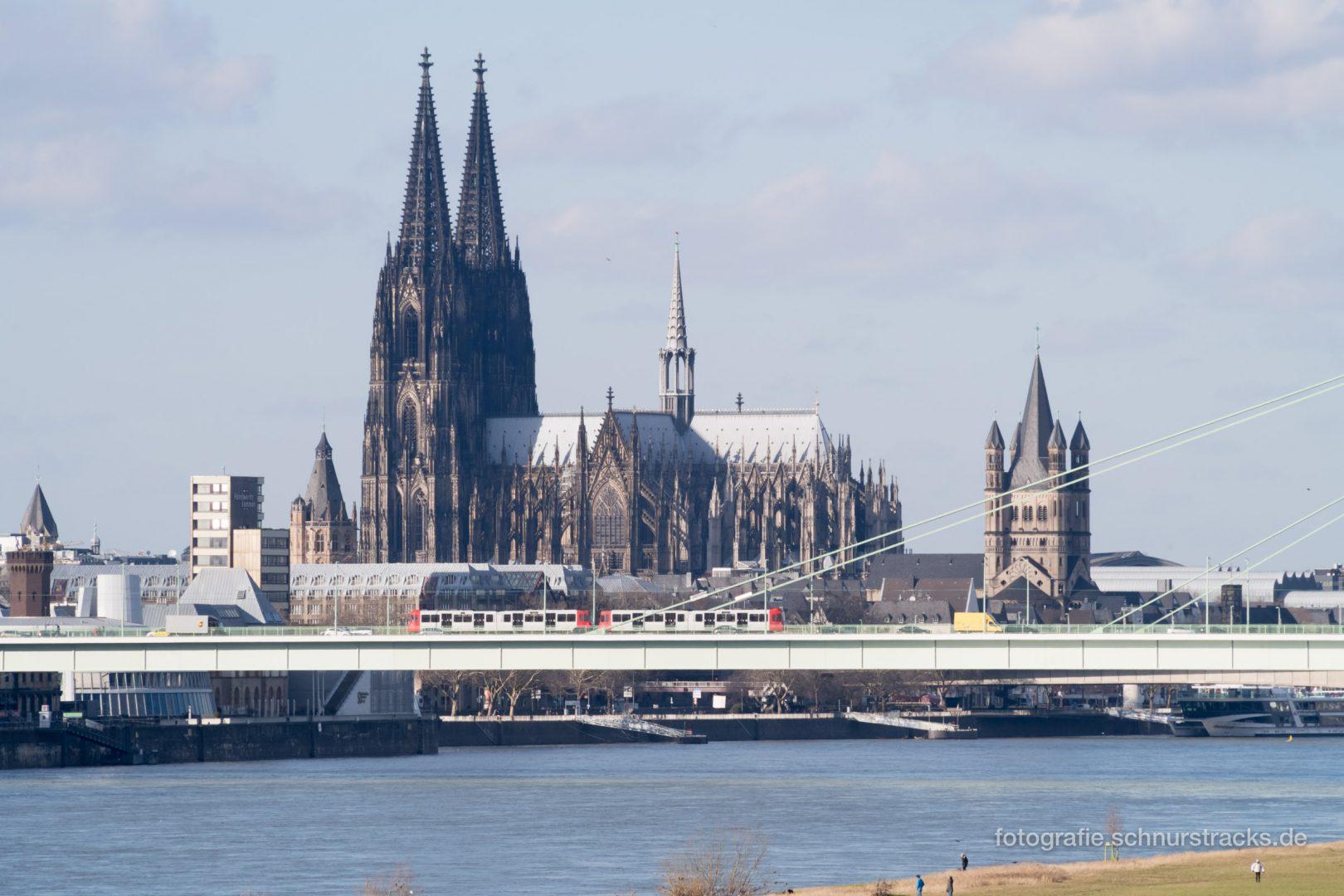 KVB Straßenbahn vor Kölner Dom und Groß St. Martin #1079