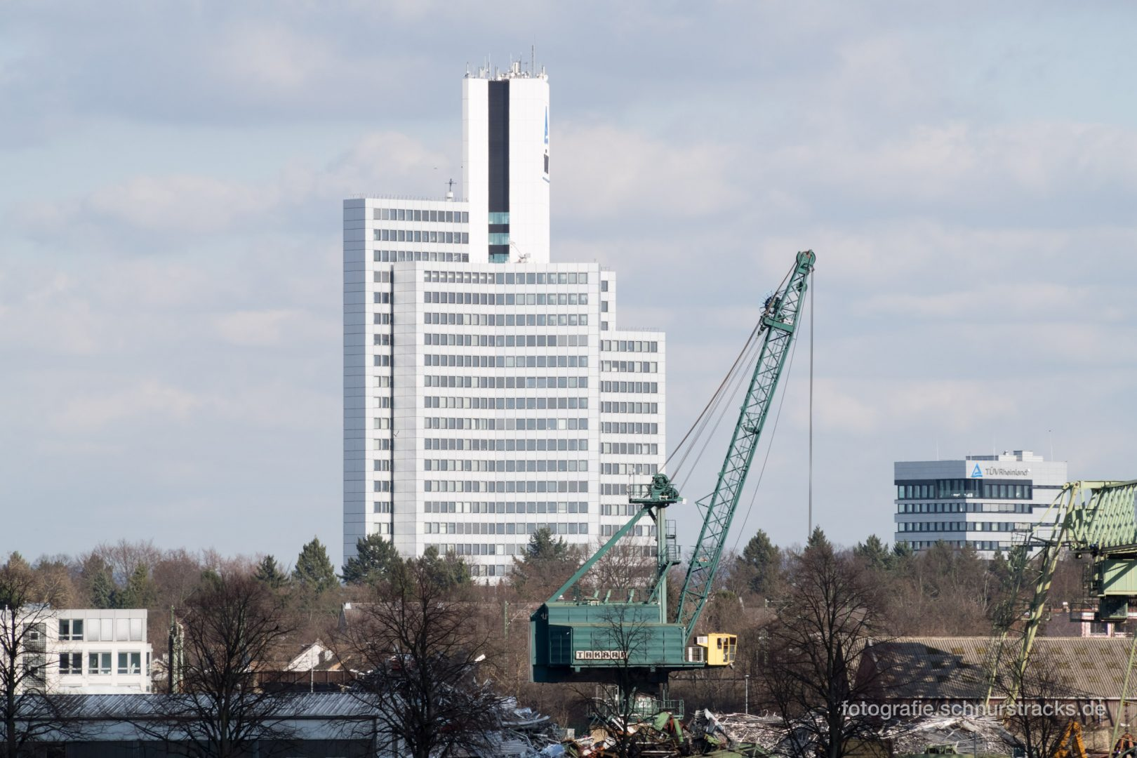 TÜV Rheinland Hochhaus mit Kran #1032