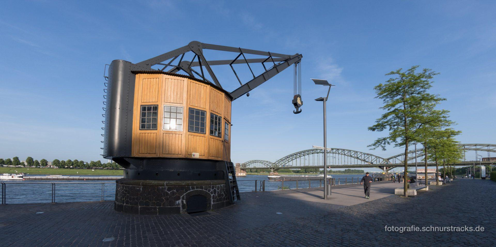 Historischer Lastenkran am Rhein #2238