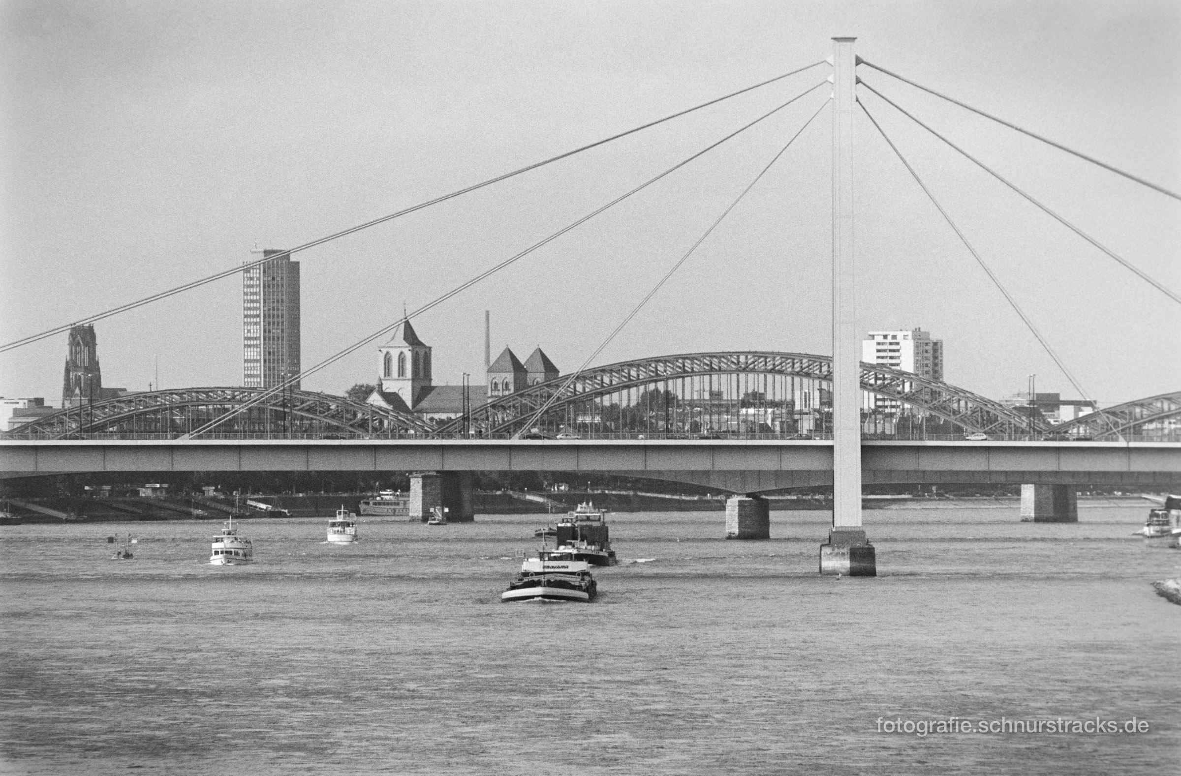 Rheinschifffahrt an der Severinsbrücke in Köln 1994