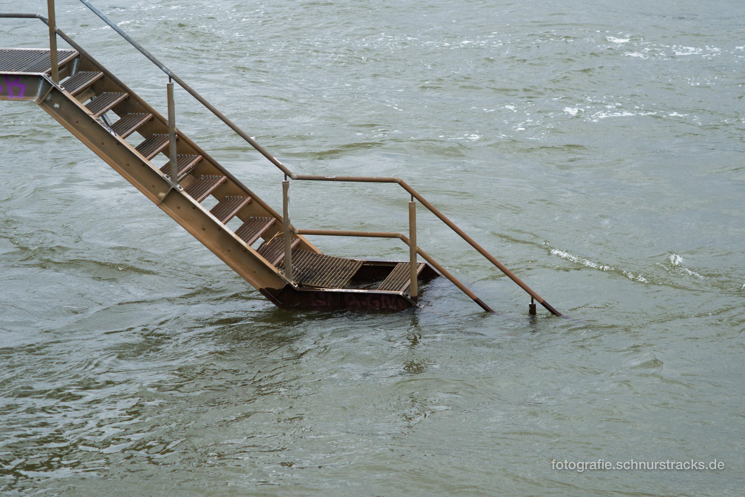 Treppe in den Rhein
