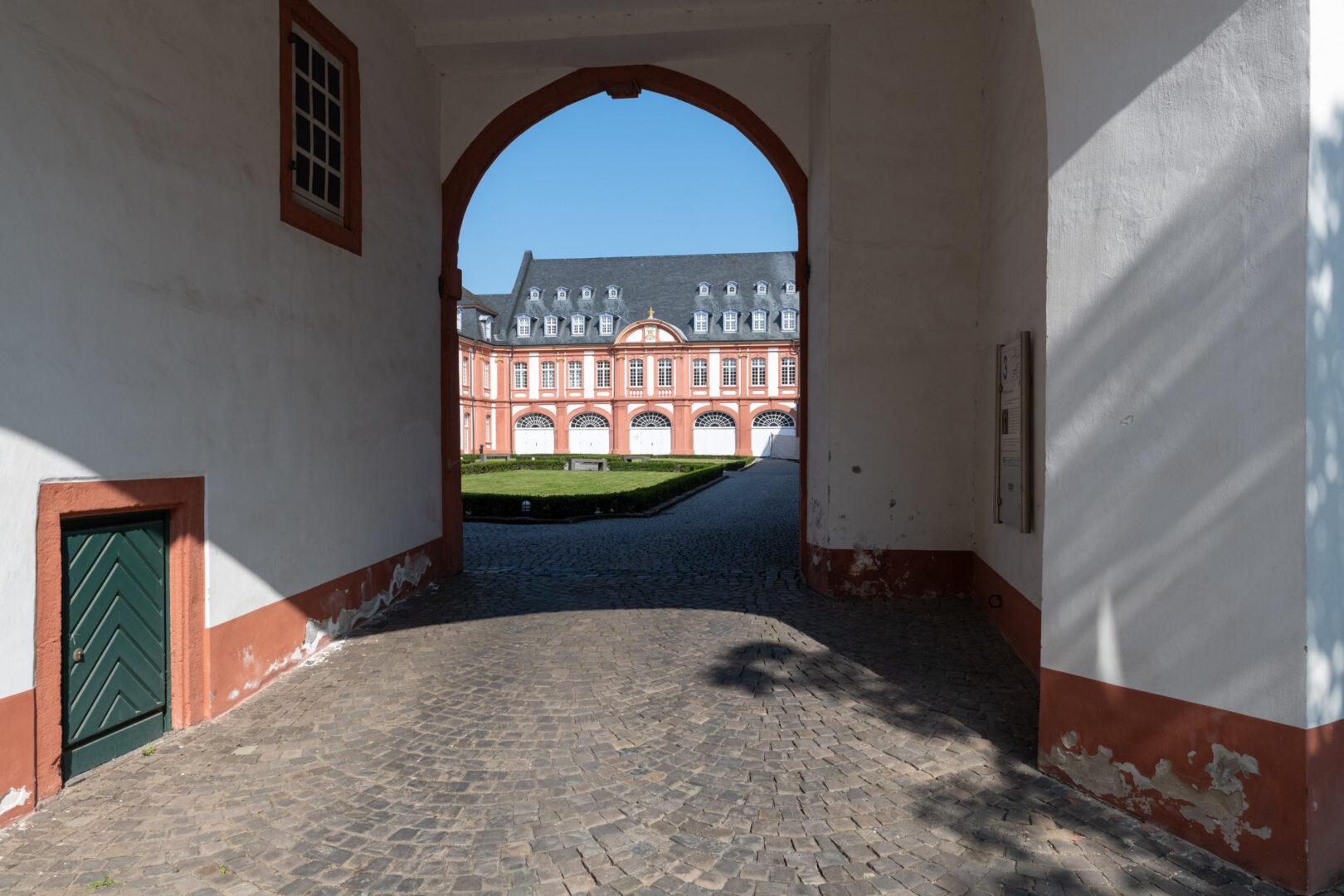 Durchgang vom Wirtschaftshof in den Prälaturhof